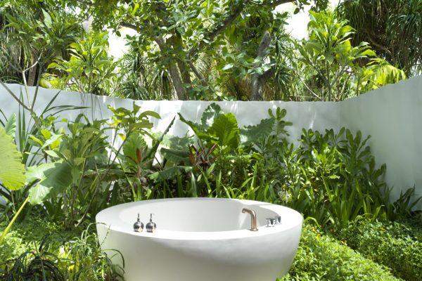 insel-seite-fairmont-maldives-deluxe-beach-sunset-villa-bathroom-Maledivenexperte