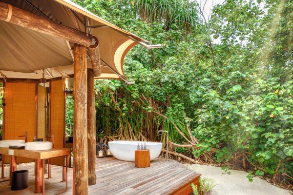 insel-seite-fairmont-maldives-tented-villa-outside-Maledivenexperte