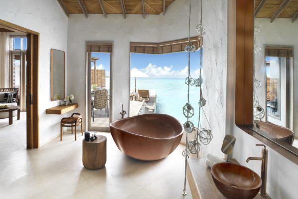 insel-seite-fairmont-maldives-water-villa-premium-bathroom-Maledivenexperte