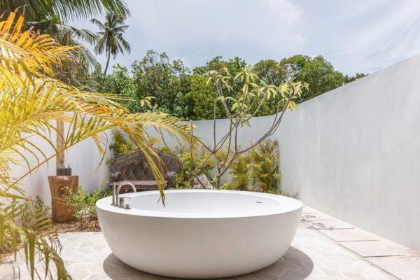 insel-seite-fairmoont-maldives-3-bedroom-beach-villa-bathroom-Maledivenexperte