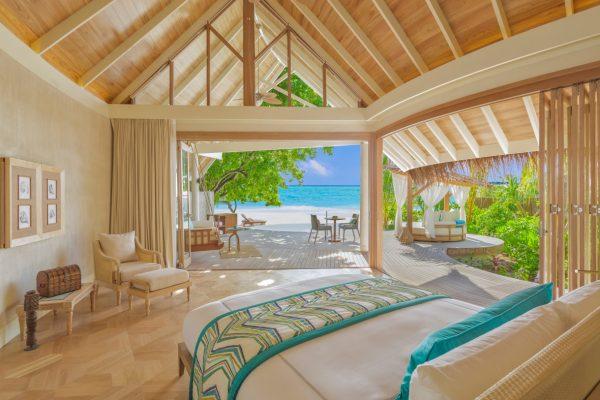 insel-seite-milaidhoo-island-beach-pool-villa-bedroom-Maledivenexperte