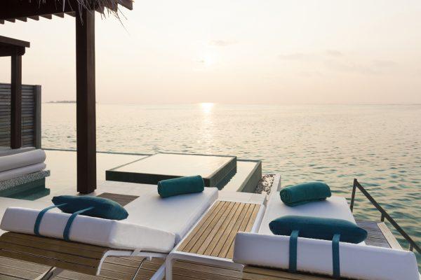 insel-seite-niyama-private-island-deluxe-water-pool-villa-deck-sunrise-Maledivenexperte