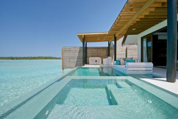 insel-seite-niyama-private-island-deluxe-water-pool-villa-exterior-with-ocean-view-Maledivenexperte