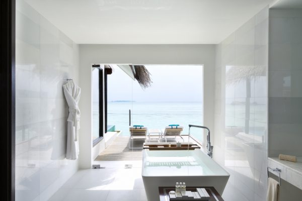 insel-seite-niyama-private-island-water-pool-villa-bathroom-Maledivenexperte