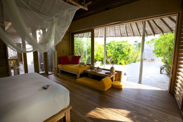 insel-seite-six-senses-laamu-beach-villa-bedroom-maledivenexperte