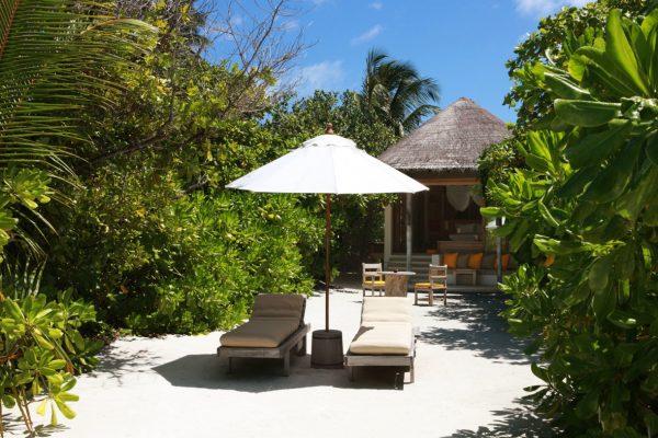 insel-seite-six-senses-laamu-beach-villa-exterior-Maledivenexperte