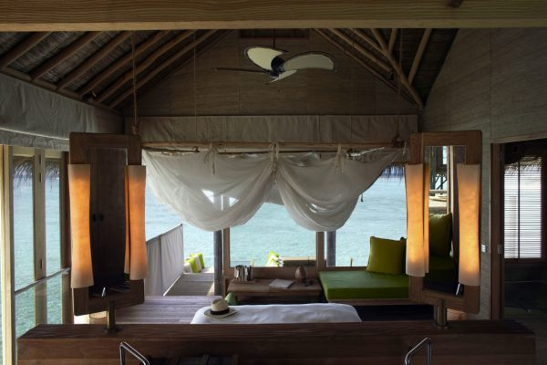 insel-seite-six-senses-laamu-water-villa-interior-01-Maledivenexperte