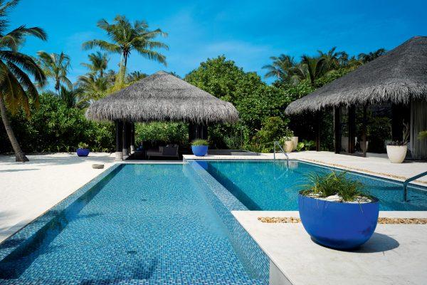 insel-seite-velaa-private-island-beach-pool-house-exterior-01-Maledivenexperte