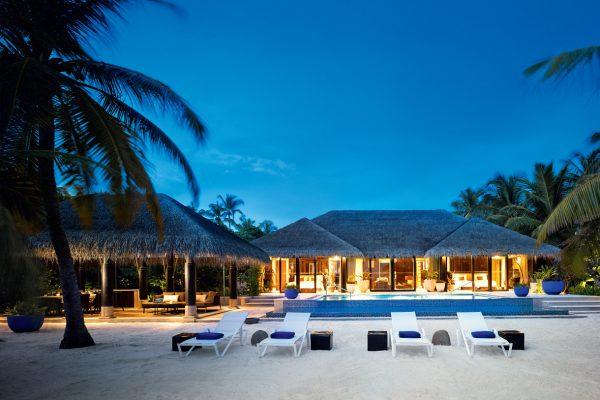 insel-seite-velaa-private-island-beach-pool-house-exterior-02-Maledivenexperte