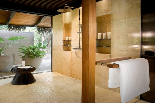 insel-seite-velaa-private-island-beach-pool-villa-bathroom-Maledivenexperte