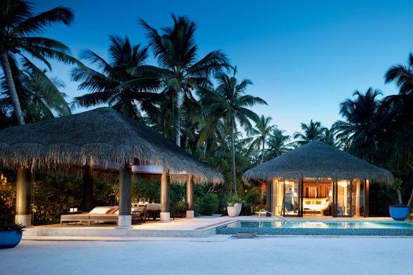 insel-seite-velaa-private-island-beach-pool-villa-exterior-view-Maledivenexperte