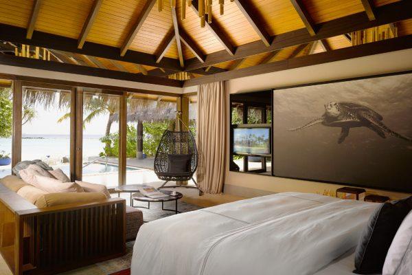 insel-seite-velaa-private-island-beach-pool-villa-interior-Maledivenexperte