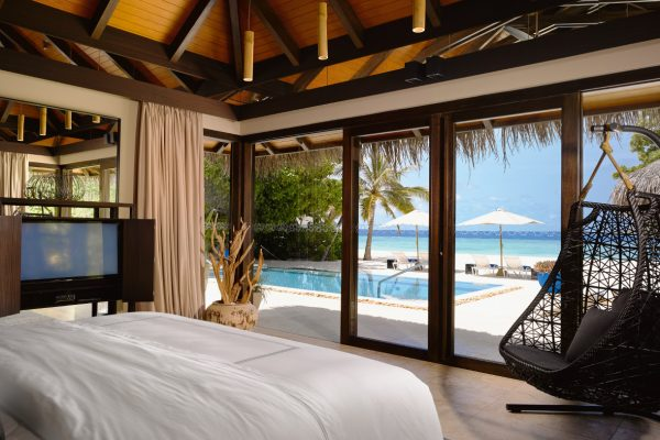 insel-seite-velaa-private-island-deluxe-beach-pool-villa-bedroom-Maledivenexperte