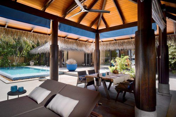 insel-seite-velaa-private-island-deluxe-beach-pool-villa-outfoor-area-Maledivenexperte