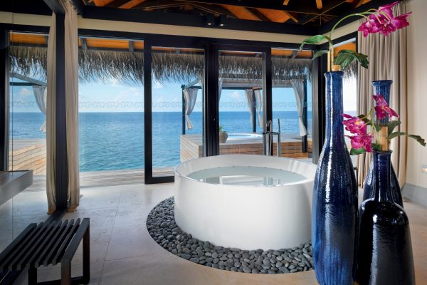 insel-seite-velaa-private-island-ocean-pool-house-bathroom-Maledivenexperte