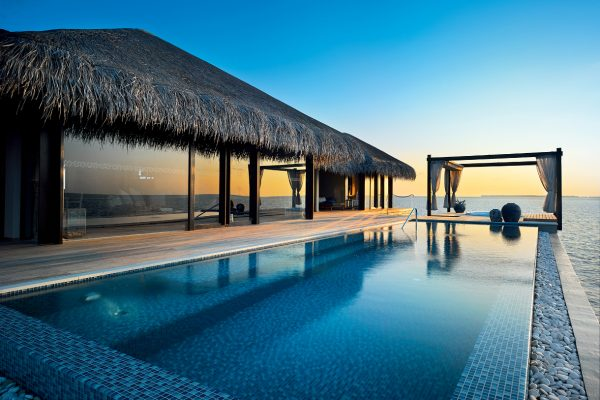 insel-seite-velaa-private-island-ocean-pool-house-exterior-Maledivenexperte