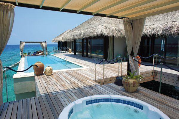 insel-seite-velaa-private-island-ocean-pool-house-terrace-Maledivenexperte