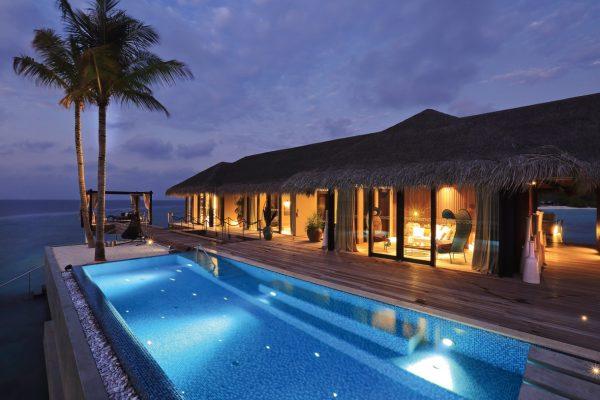 insel-seite-velaa-private-island-romantic-pool-residence-exterior-Maledivenexperte