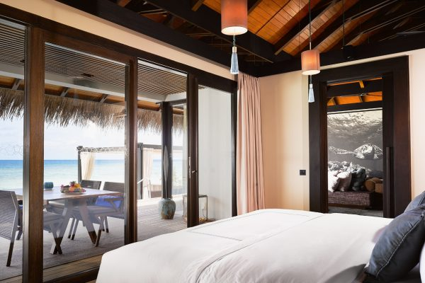 insel-seite-velaa-private-island-sunrise-water-pool-villa-bedroom-Maledivenexperte