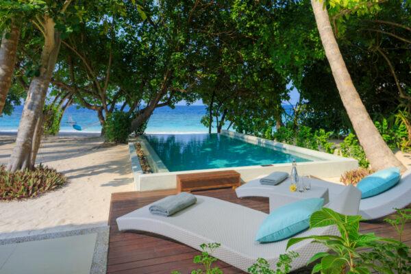 insel-seite-dusit-thani-maldives-beach-deluxe-villa-mit-pool-2-Maledivenexperte
