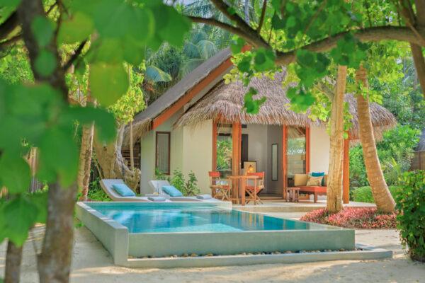 insel-seite-dusit-thani-maldives-beach-deluxe-villa-mit-pool-3-Maledivenexperte