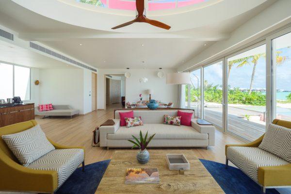 insel-seite-lux-north-male-atoll-beach-villa-twin-lounge-3-Maledivenexperte
