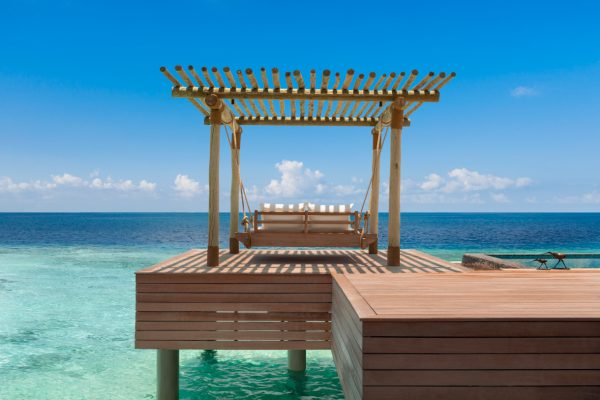 waldorf-astoria-maldives-ithaafushi-reef-and-overwater-villa-swing-bed-2-Maledivenexperte