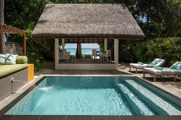 insel-seite-four-seasons-landaa-giraavaru-zimmer-oceanfront-bungalow-mit-pool-maledivenexperte-01